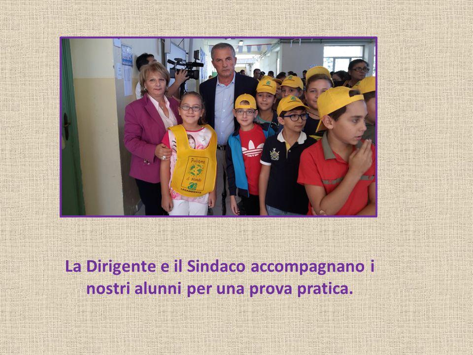 La Dirigente e il Sindaco accompagnano i nostri alunni per una prova pratica.