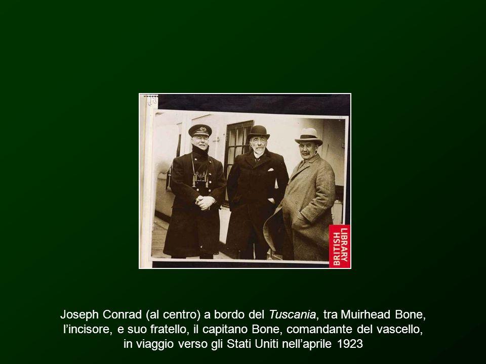 Joseph Conrad (al centro) a bordo del Tuscania, tra Muirhead Bone, l'incisore, e suo fratello, il capitano Bone, comandante del vascello, in viaggio verso gli Stati Uniti nell'aprile 1923