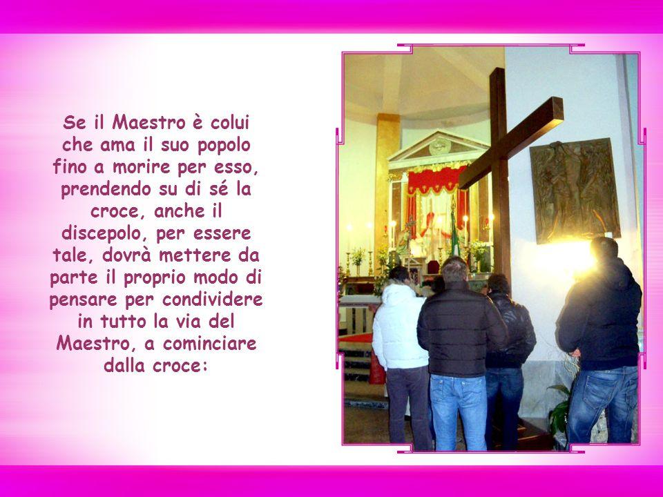 Se il Maestro è colui che ama il suo popolo fino a morire per esso, prendendo su di sé la croce, anche il discepolo, per essere tale, dovrà mettere da parte il proprio modo di pensare per condividere in tutto la via del Maestro, a cominciare dalla croce: