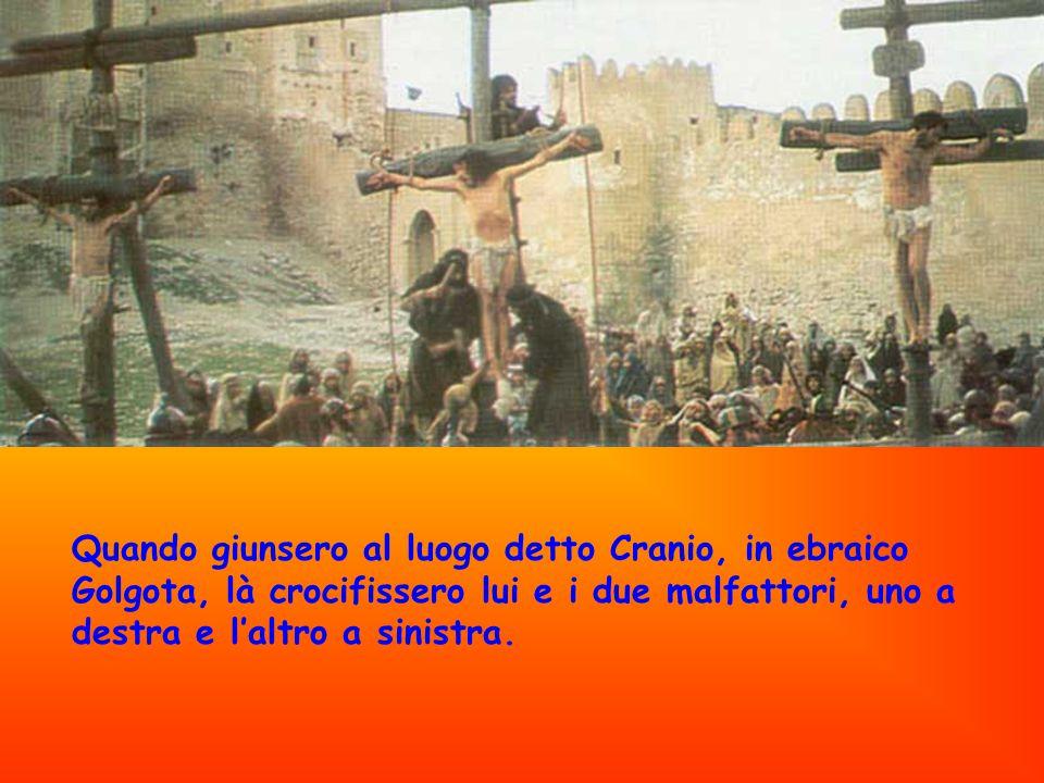 Quando giunsero al luogo detto Cranio, in ebraico Golgota, là crocifissero lui e i due malfattori, uno a destra e l'altro a sinistra.