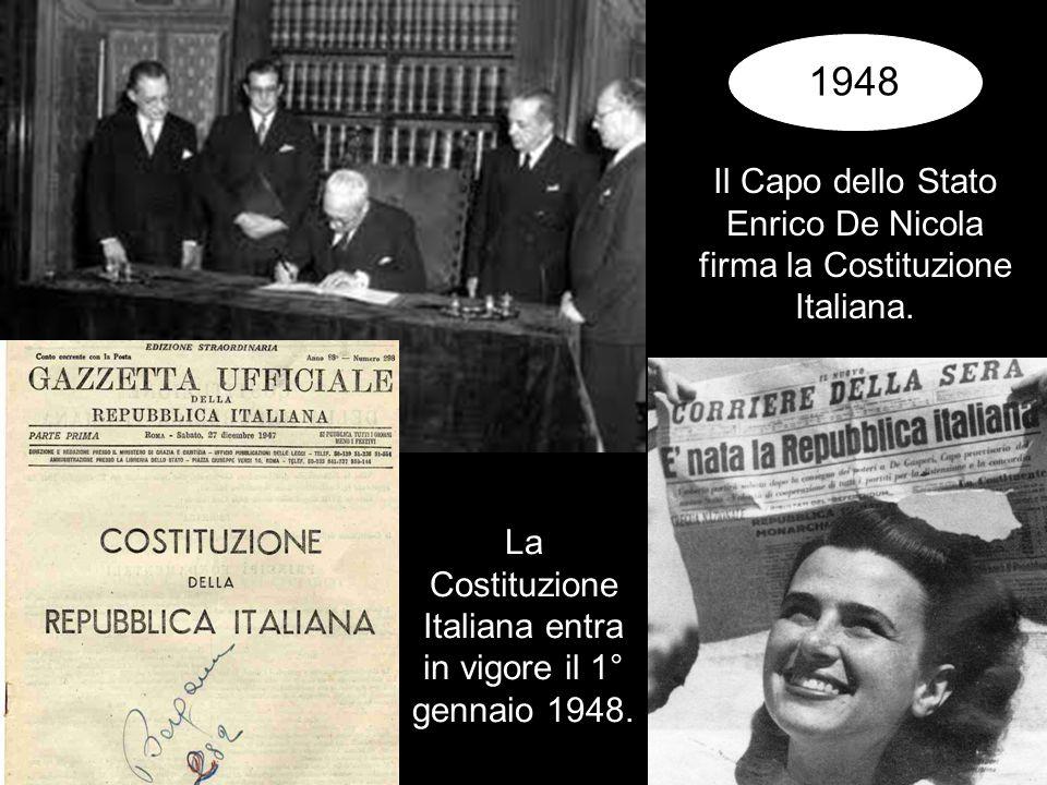 1948 Il Capo dello Stato Enrico De Nicola firma la Costituzione Italiana.