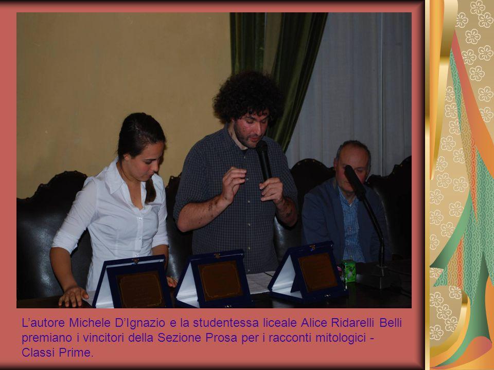 L'autore Michele D'Ignazio e la studentessa liceale Alice Ridarelli Belli premiano i vincitori della Sezione Prosa per i racconti mitologici -Classi Prime.