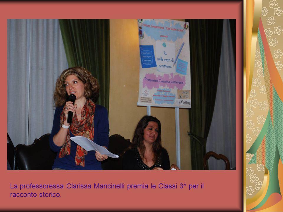 La professoressa Clarissa Mancinelli premia le Classi 3^ per il racconto storico.