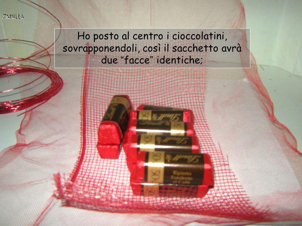 Ho posto al centro i cioccolatini, sovrapponendoli, così il sacchetto avrà due facce identiche;