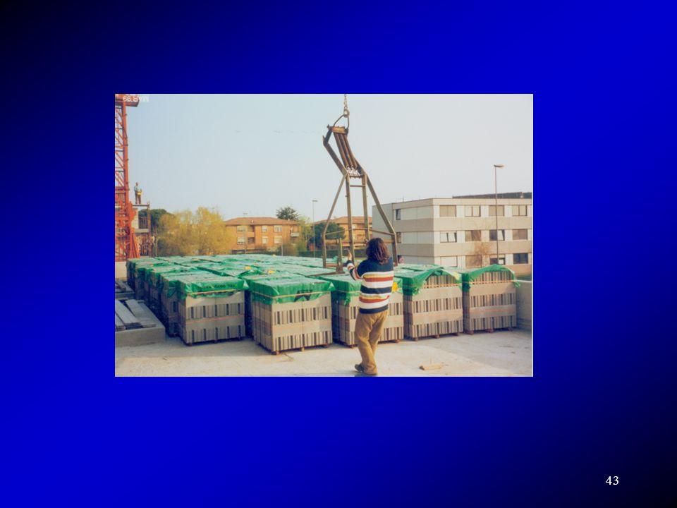 Per effettuare le prove di carico si utilizzano pesi, volta volta diversi a seconda delle esigenze. Il materiale migliore è teoricamente l acqua in quanto non collabora in rigidezza con la struttura.