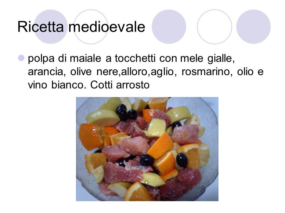 Ricetta medioevale polpa di maiale a tocchetti con mele gialle, arancia, olive nere,alloro,aglio, rosmarino, olio e vino bianco.