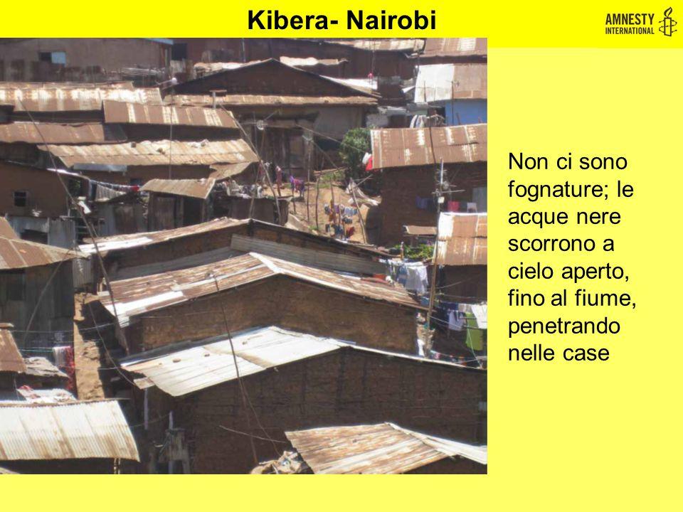 Kibera- Nairobi Non ci sono fognature; le acque nere scorrono a cielo aperto, fino al fiume, penetrando nelle case.