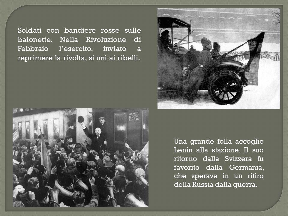 Soldati con bandiere rosse sulle baionette