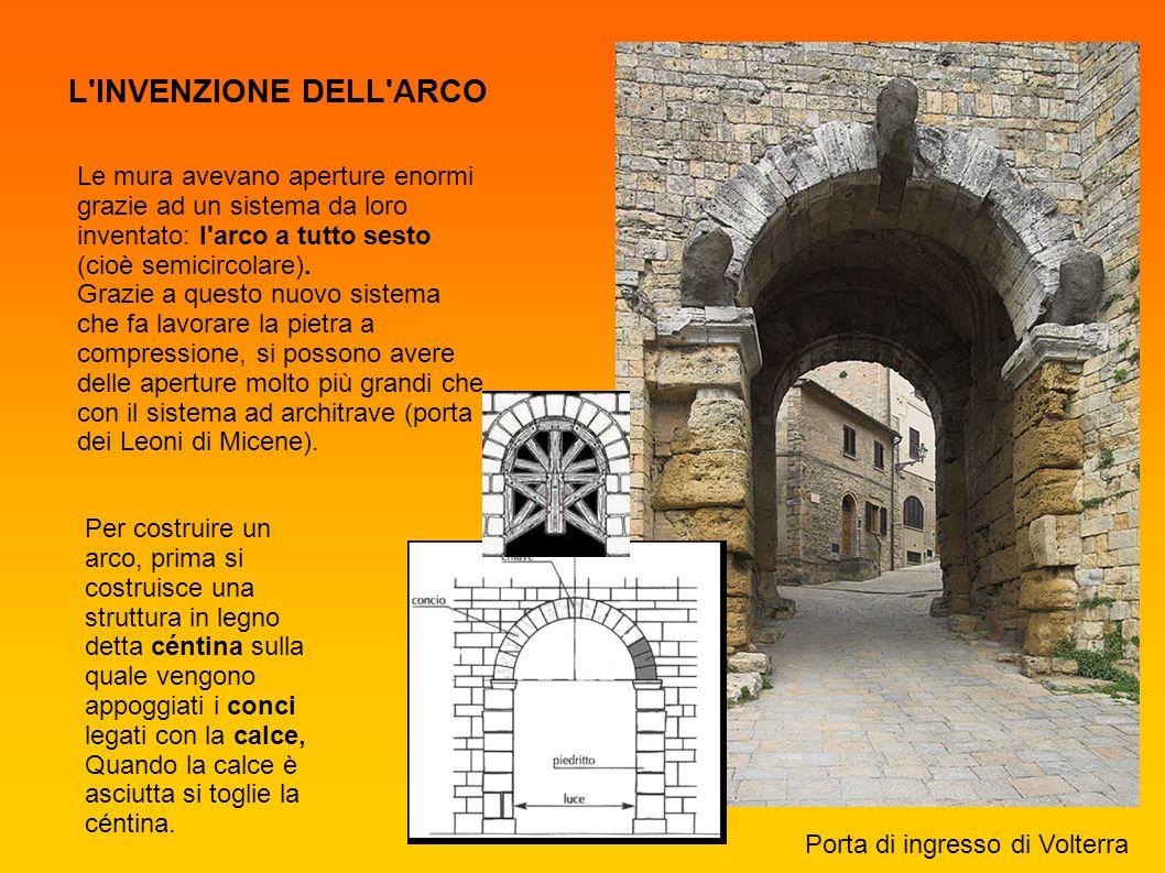 L INVENZIONE DELL ARCO Le mura avevano aperture enormi grazie ad un sistema da loro inventato: l arco a tutto sesto (cioè semicircolare).