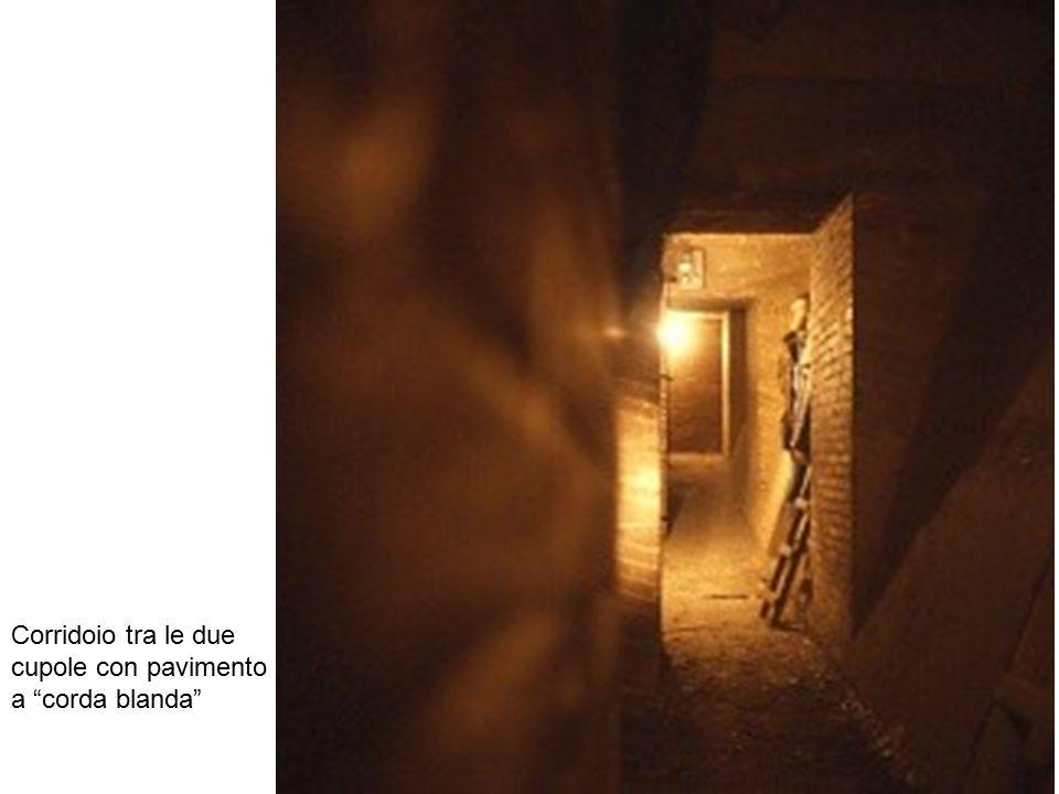 Corridoio tra le due cupole con pavimento a corda blanda