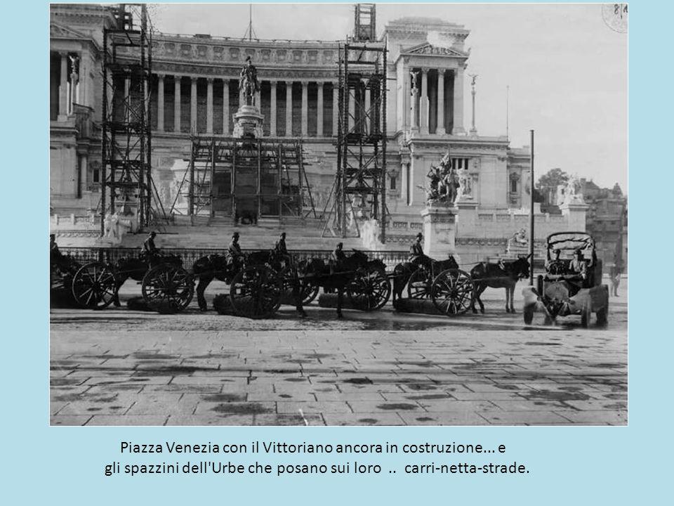 Piazza Venezia con il Vittoriano ancora in costruzione... e