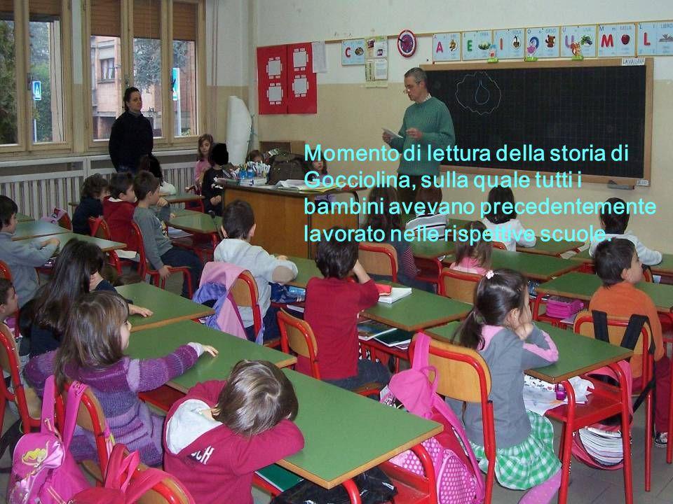 Momento di lettura della storia di Gocciolina, sulla quale tutti i bambini avevano precedentemente lavorato nelle rispettive scuole.