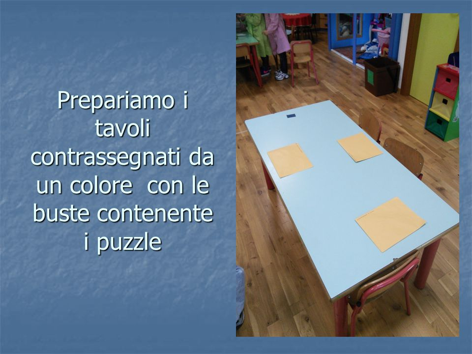 Prepariamo i tavoli contrassegnati da un colore con le buste contenente i puzzle
