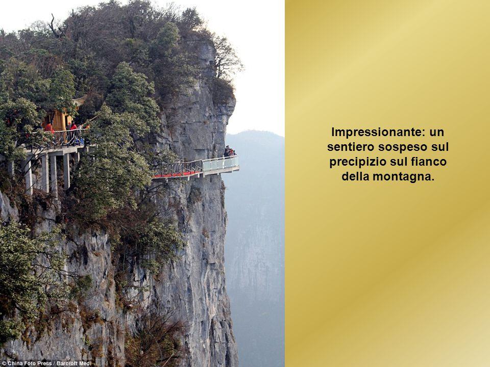 Impressionante: un sentiero sospeso sul precipizio sul fianco della montagna.