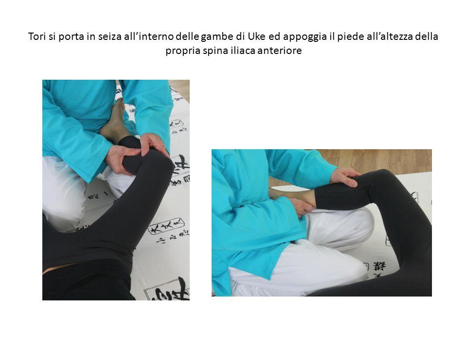 Tori si porta in seiza all'interno delle gambe di Uke ed appoggia il piede all'altezza della propria spina iliaca anteriore