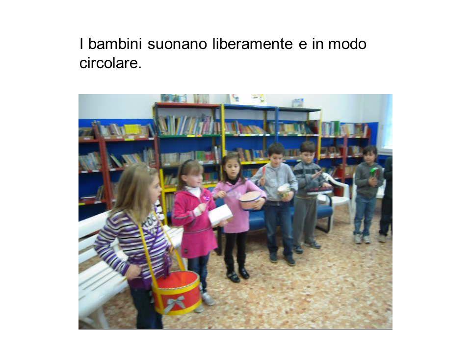 I bambini suonano liberamente e in modo circolare.