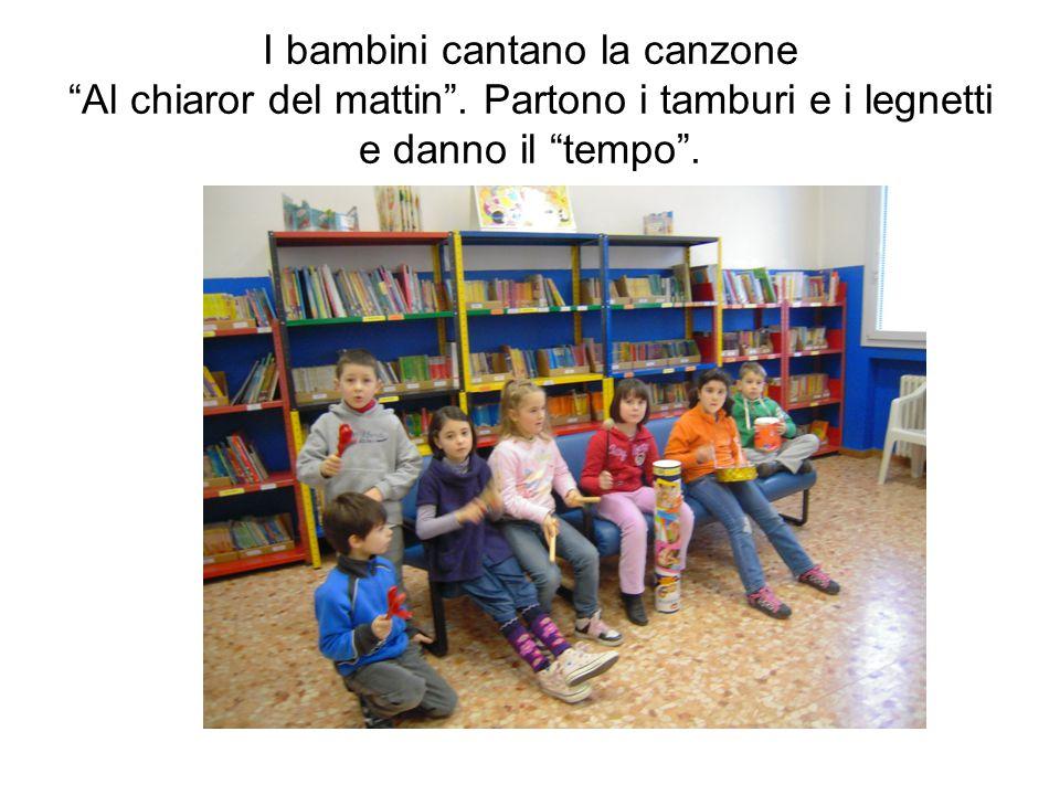I bambini cantano la canzone Al chiaror del mattin