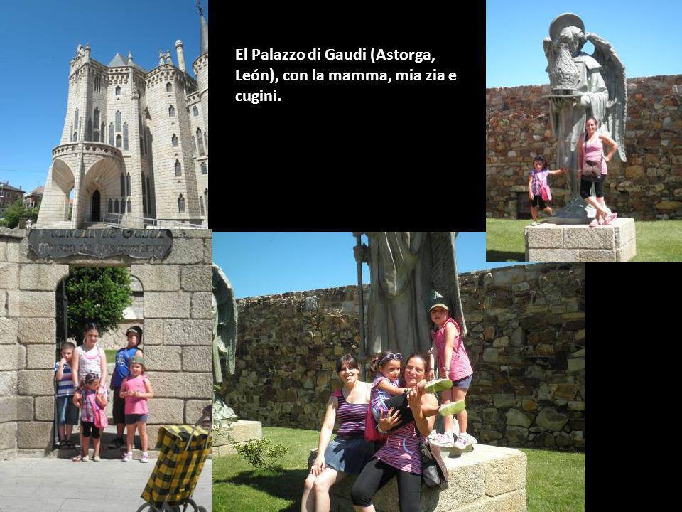 El Palazzo di Gaudi (Astorga, León), con la mamma, mia zia e cugini.