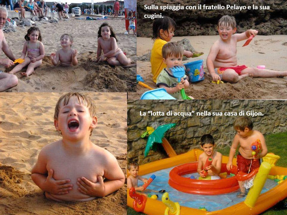 Sulla spiaggia con il fratello Pelayo e la sua cugini.
