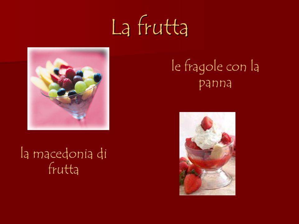 La frutta le fragole con la panna la macedonia di frutta