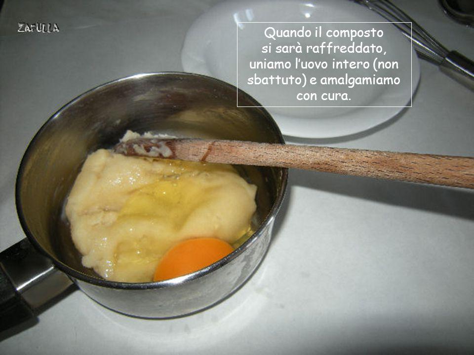 uniamo l'uovo intero (non sbattuto) e amalgamiamo con cura.