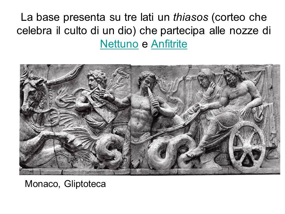 La base presenta su tre lati un thiasos (corteo che celebra il culto di un dio) che partecipa alle nozze di Nettuno e Anfitrite