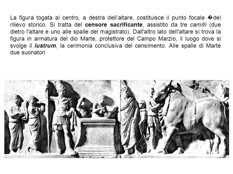 La figura togata al centro, a destra dell'altare, costituisce il punto focale �del rilievo storico.