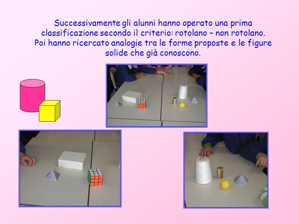 Successivamente gli alunni hanno operato una prima classificazione secondo il criterio: rotolano – non rotolano.