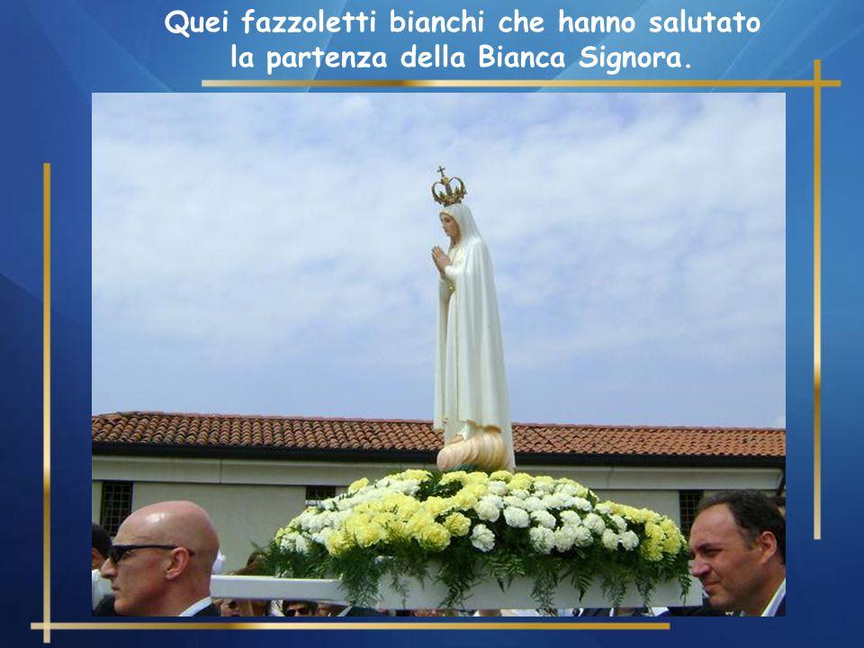 Quei fazzoletti bianchi che hanno salutato la partenza della Bianca Signora.