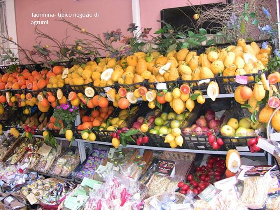 Taormina- tipico negozio di agrumi
