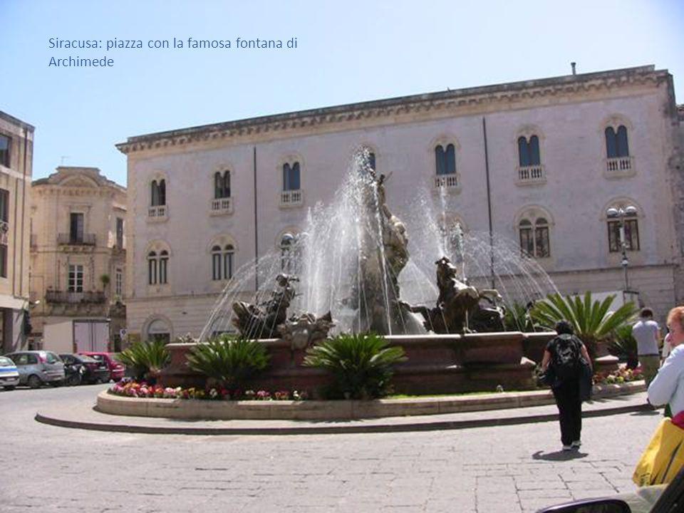 Siracusa: piazza con la famosa fontana di Archimede