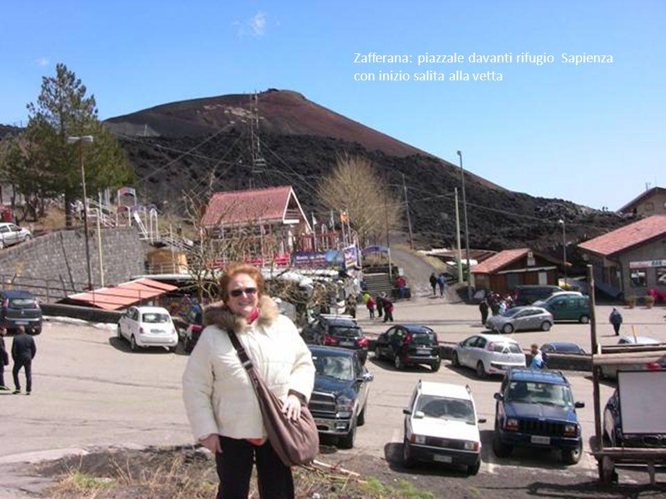 Zafferana: piazzale davanti rifugio Sapienza