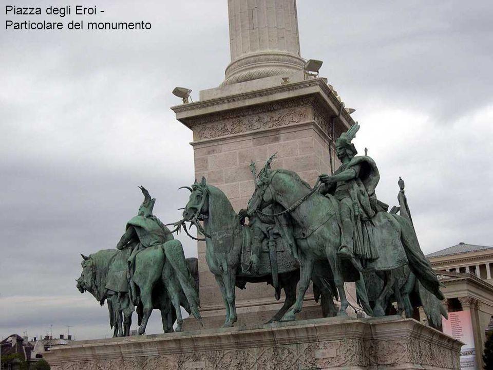 Piazza degli Eroi - Particolare del monumento