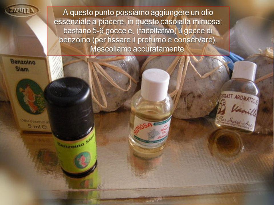A questo punto possiamo aggiungere un olio essenziale a piacere, in questo caso alla mimosa: