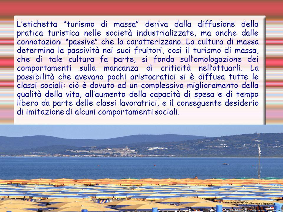 L'etichetta turismo di massa deriva dalla diffusione della pratica turistica nelle società industrializzate, ma anche dalle connotazioni passive che la caratterizzano.