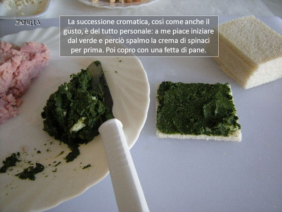 La successione cromatica, così come anche il gusto, è del tutto personale: a me piace iniziare dal verde e perciò spalmo la crema di spinaci per prima.