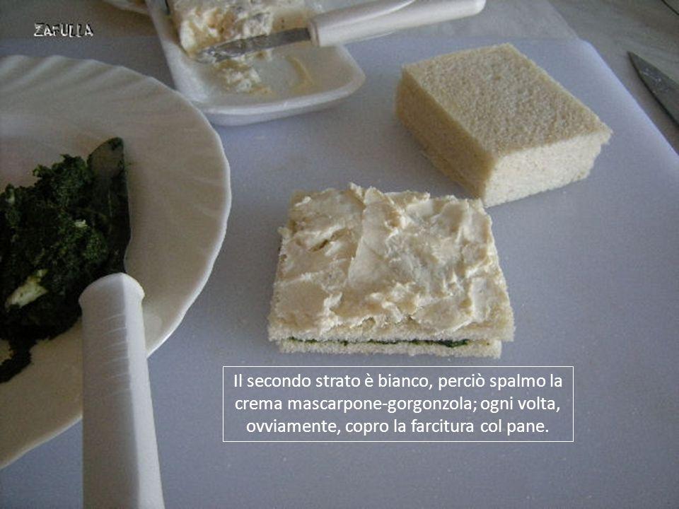 Il secondo strato è bianco, perciò spalmo la crema mascarpone-gorgonzola; ogni volta, ovviamente, copro la farcitura col pane.