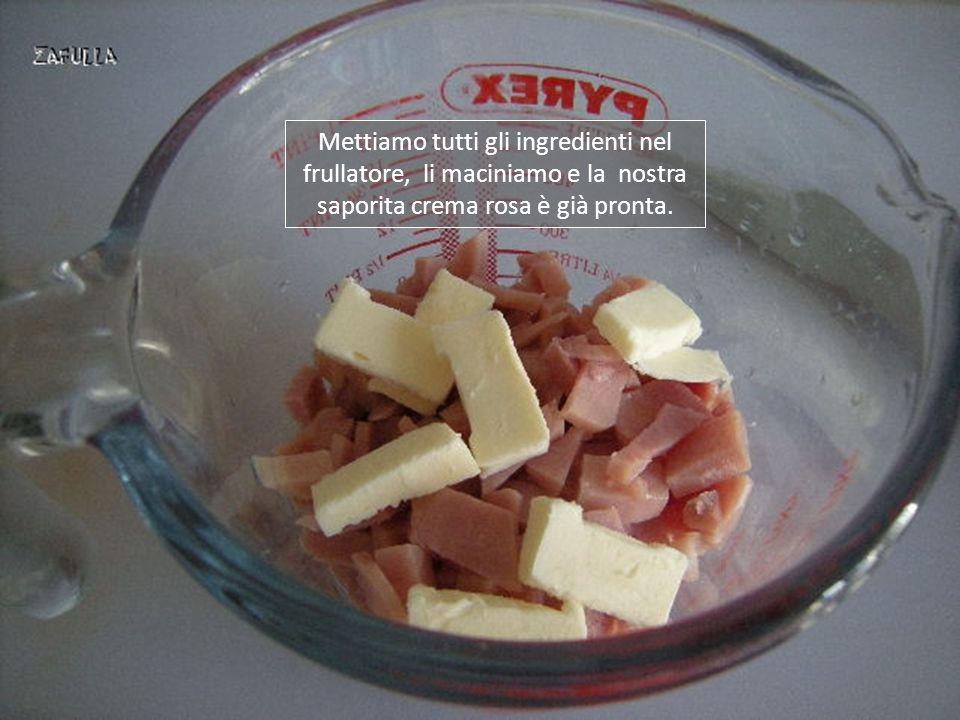 Mettiamo tutti gli ingredienti nel frullatore, li maciniamo e la nostra saporita crema rosa è già pronta.