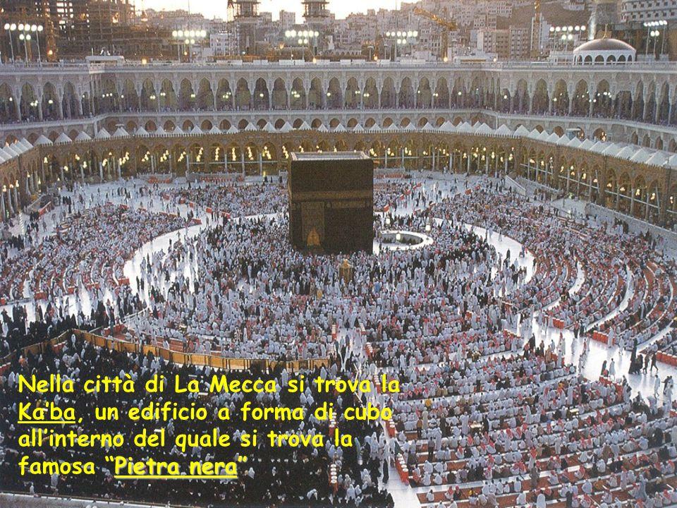 Nella città di La Mecca si trova la Ka'ba, un edificio a forma di cubo all'interno del quale si trova la famosa Pietra nera