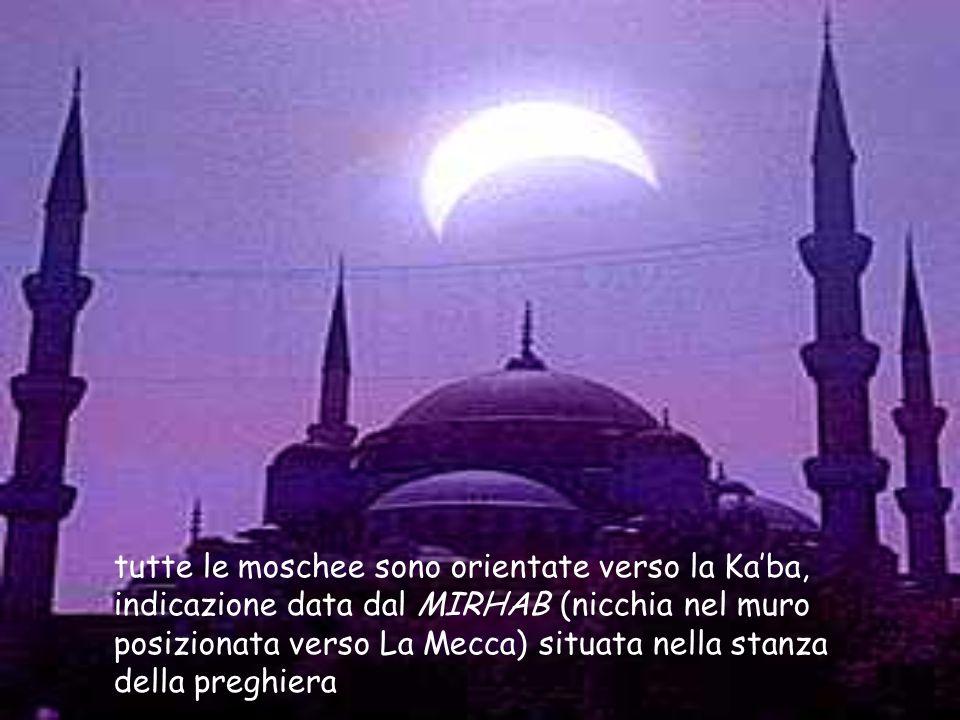 tutte le moschee sono orientate verso la Ka'ba, indicazione data dal MIRHAB (nicchia nel muro posizionata verso La Mecca) situata nella stanza della preghiera