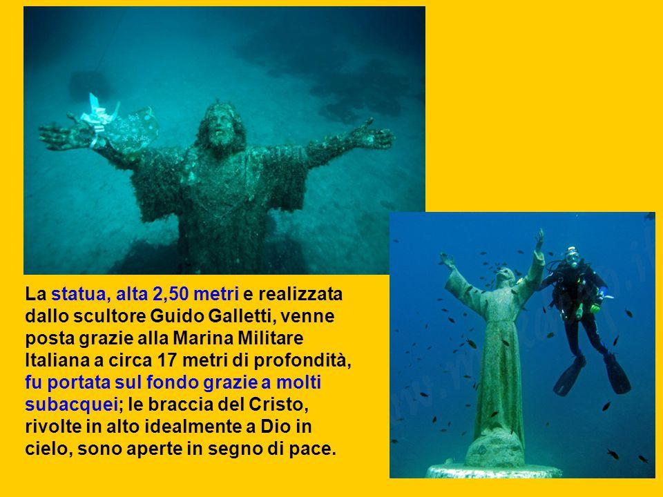 La statua, alta 2,50 metri e realizzata dallo scultore Guido Galletti, venne posta grazie alla Marina Militare Italiana a circa 17 metri di profondità, fu portata sul fondo grazie a molti subacquei; le braccia del Cristo, rivolte in alto idealmente a Dio in cielo, sono aperte in segno di pace.