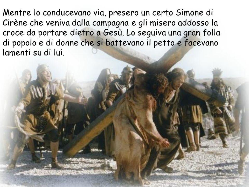 Mentre lo conducevano via, presero un certo Simone di Cirène che veniva dalla campagna e gli misero addosso la croce da portare dietro a Gesù.