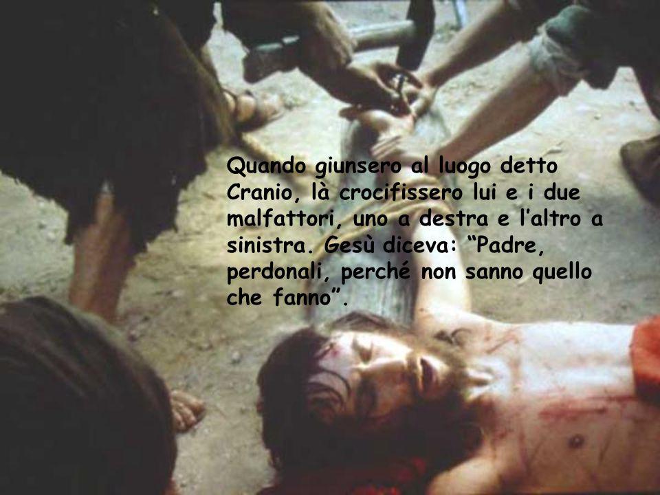 Quando giunsero al luogo detto Cranio, là crocifissero lui e i due malfattori, uno a destra e l'altro a sinistra.