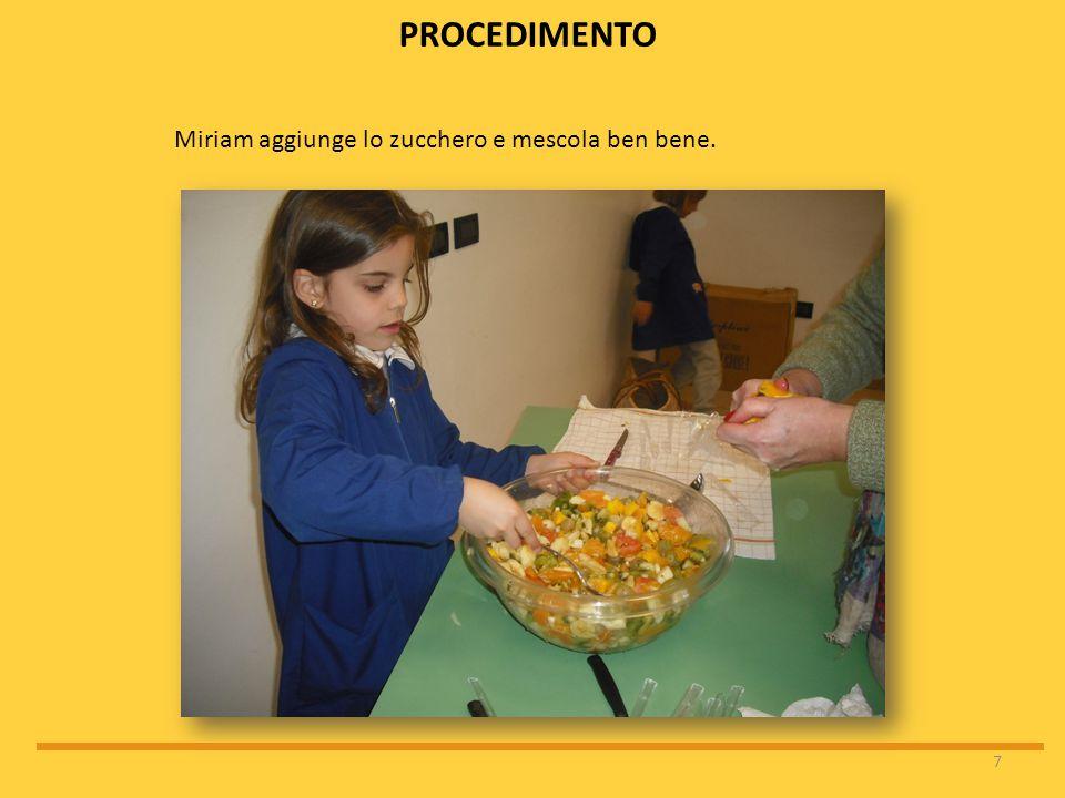 Miriam aggiunge lo zucchero e mescola ben bene.