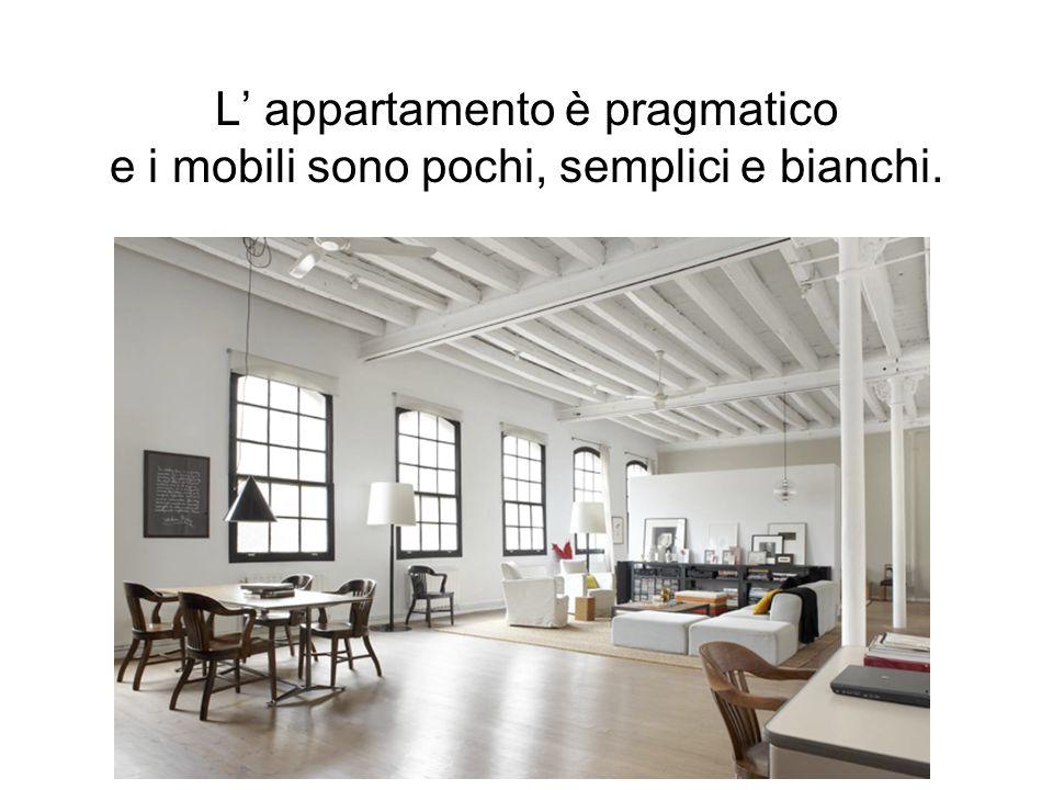 L' appartamento è pragmatico e i mobili sono pochi, semplici e bianchi.