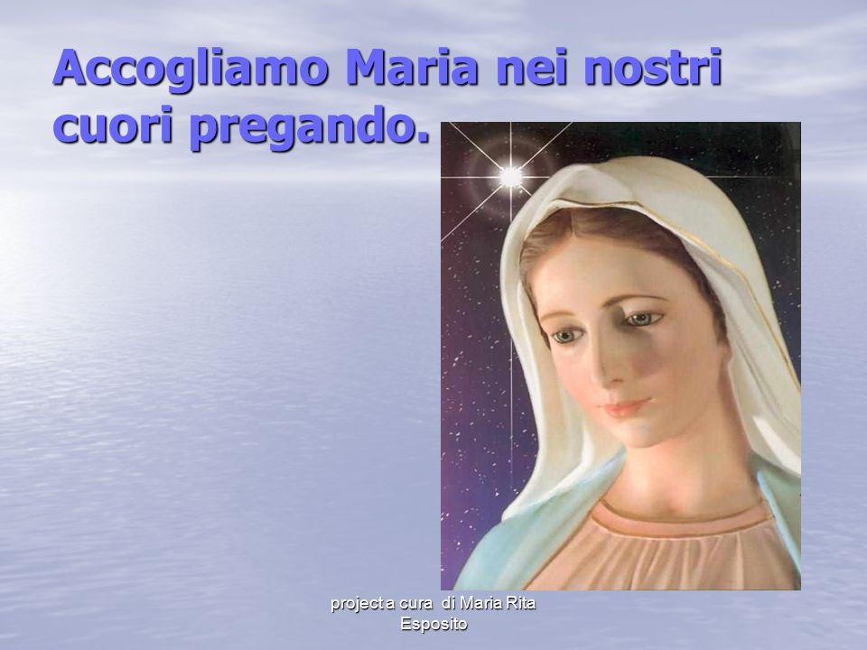Accogliamo Maria nei nostri cuori pregando.