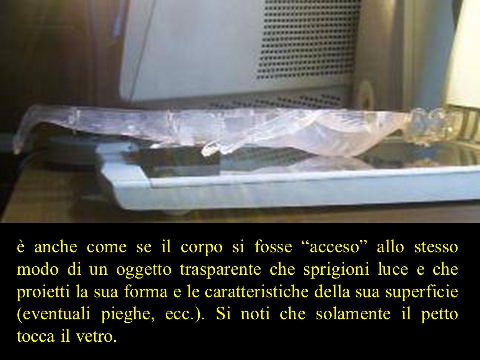 è anche come se il corpo si fosse acceso allo stesso modo di un oggetto trasparente che sprigioni luce e che proietti la sua forma e le caratteristiche della sua superficie (eventuali pieghe, ecc.).