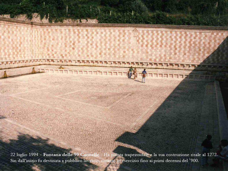 22 luglio 1994 - Fontana delle 99 Cannelle - Ha pianta trapezoidale e la sua costruzione risale al 1272.