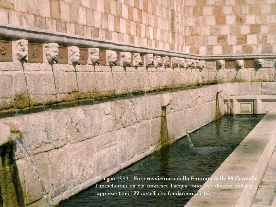 22 luglio 1994 - Foto ravvicinata della Fontana delle 99 Cannelle - I mascheroni da cui fuoriesce l'acqua sono uno diverso dall'altro, e rappresentano i 99 castelli che fondarono la città.