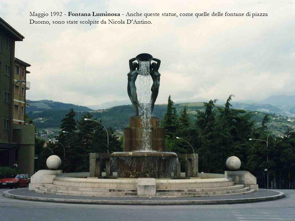 Maggio 1992 - Fontana Luminosa - Anche queste statue, come quelle delle fontane di piazza Duomo, sono state scolpite da Nicola D'Antino.